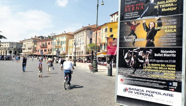 Piazza Bra y afiche que anuncia la actuación de un grupo argentino.