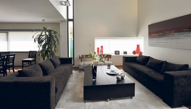 Rajas que cortan verticalmente el muro, un recurso de diseño muy actual y que genera el ingreso de la luz a modo de haz concentrado que se refleja en el piso (Roger Berta).