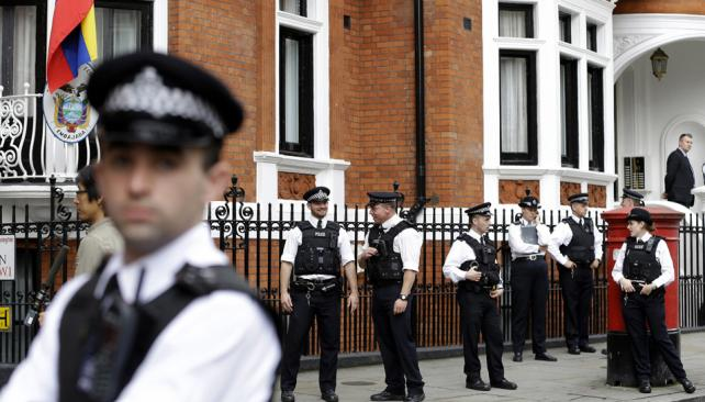 """Rodeado. Salir de la Embajada ecuatoriana en Londres parece una misión imposible para el ex """"hacker"""" (AP)."""