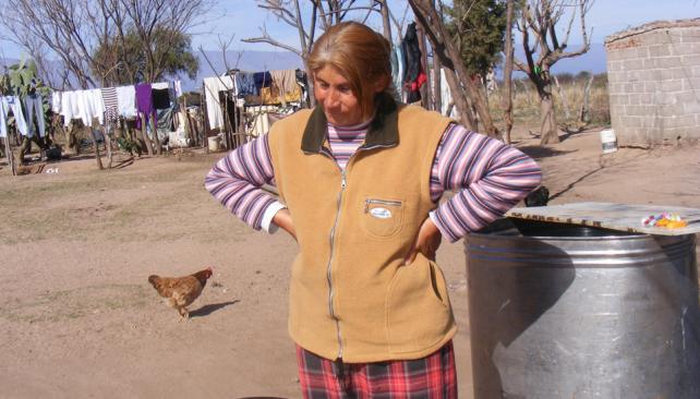 De campo. María Carlina Luján, abuela del bebé y denunciante del caso, en su humilde vivienda rural (LaVoz).