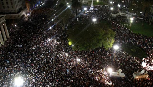 MULTITUDINARIO. Ningún partido político convocó tanta gente como el cacerolazo (DyN).