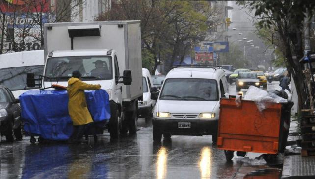 Prohibido. Es habitual estacionar en doble fila en calle Tablada (La Voz / Raimundo Viñuelas).