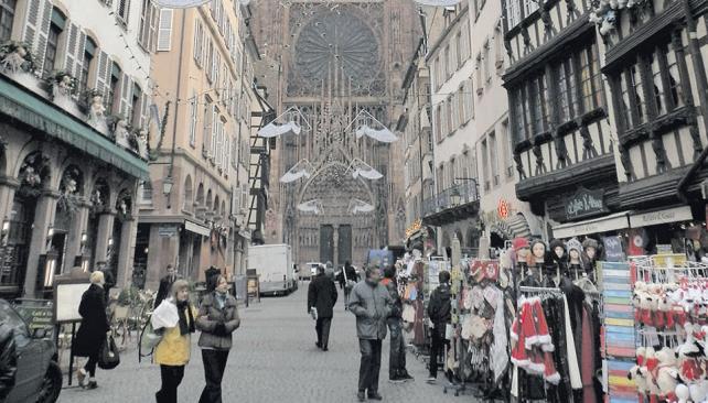 Desde la tranquila calle céntrica se observa la Catedral Notre Dame.