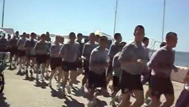 Imágenes de video. Marinos trotan por Viña del Mar mientras pronuncian sus ofensivos cánticos.