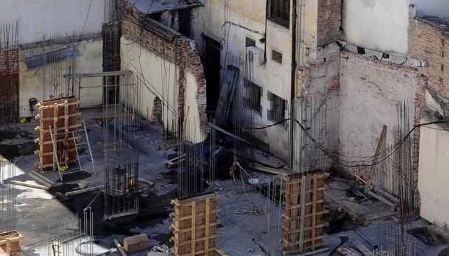En construcción. En un terreno privado, ubicado en calle Belgrano 144, pleno Centro, se construye un hotel de siete pisos, además de 300 cocheras bajo suelo y a nivel (José Gabriel Hernández/LaVoz).