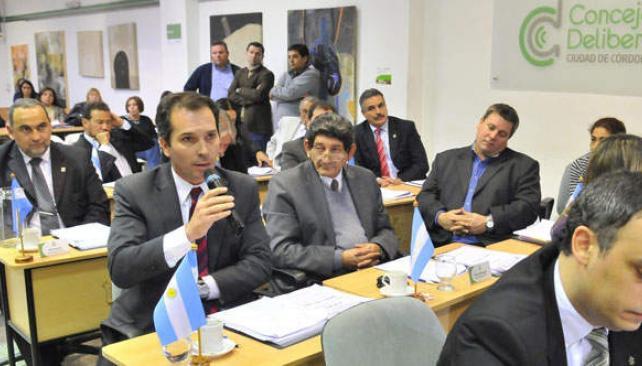 Defensor. El viceintendente Cossar dejó por unos minutos el lugar de presidente del Concejo para bajar a las bancas a defender el subsidio (Ramiro Pereyra).