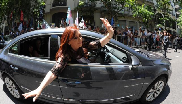 Puro saludo. La Presidenta juró en el Congreso y se trasladó en auto hasta la Casa Rosada. Fue saludando a la gente y en varias oportunidades se bajó para tomarse fotos (Presidencia de la Nación).
