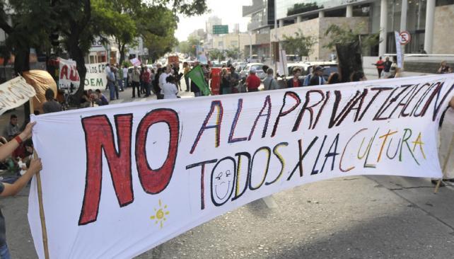Movilización. Ayer, empleados de Cultura y sectores de artistas protestaron. Hoy vuelven al Concejo (Martín Baez/LaVoz).