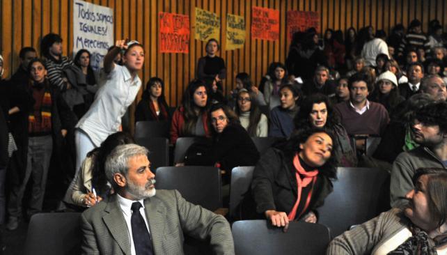 Por más debate. Estudiantes, docentes y padres pidieron más tiempo para debatir las propuestas. El sorteo se impuso por mayoría (José Gabriel Hernández/LaVoz).
