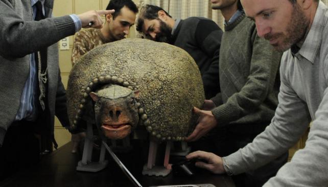 Puesta a punto. Hugo Pailos (derecha) junto al equipo del Laboratorio de Animatrónica y al gliptodonte que se verá en Tecnópolis (La Voz / Facundo Luque).