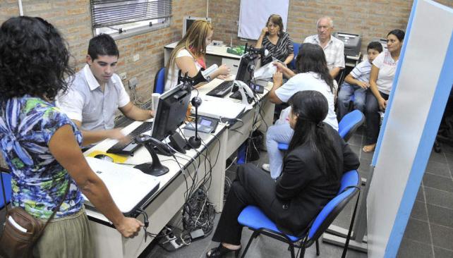 Trámites. En los registros civiles están preocupados por el aumento de renovaciones a partir de la ley (La Voz / Archivo).
