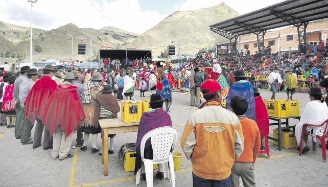 Dos comparsas protagonizan el festejo, animado desde el escenario por una banda musical que interpreta una fusión de cumbia y folklore.