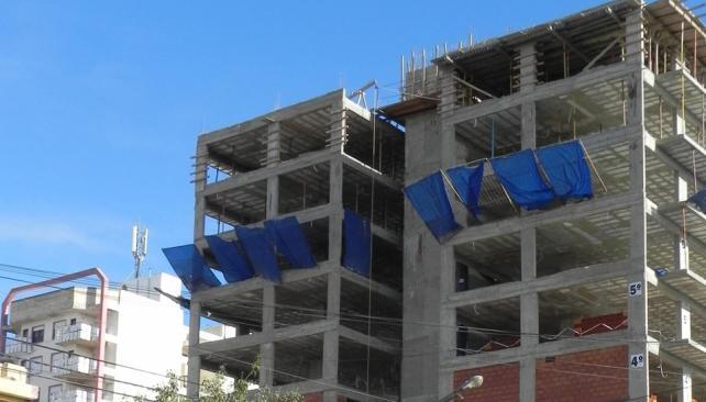 Río Tercero. Un edificio en construcción y otro, atrás, ya terminado. La edificación en altura se aceleró más en los últimos tres años (LaVoz).