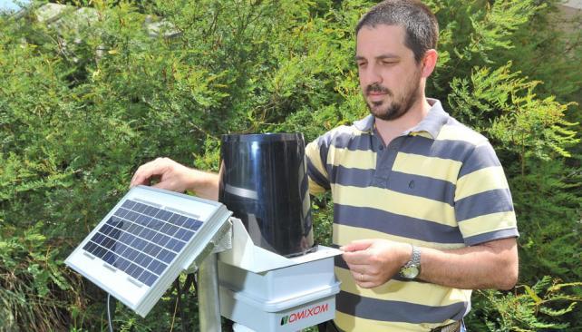 De cara al sol. Federico Ferraro con uno de los productos que desarrolla y fabrica, la estación meteorológica que puede monitorearse a través de Internet (Sergio Cejas / La Voz).