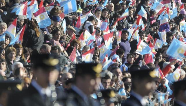 Desfile I. Hubo tribunas sobre el bulevar Perón, bandas y banderines (Facundo Luque).