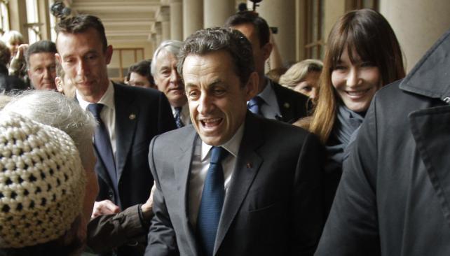 ELECCIONES EN FRANCIA. Sarkozy, junto a su mujer, la ex modelo Carla Bruni, sufragó en una escuela del distrito 15 de París poco antes del mediodía (AP).