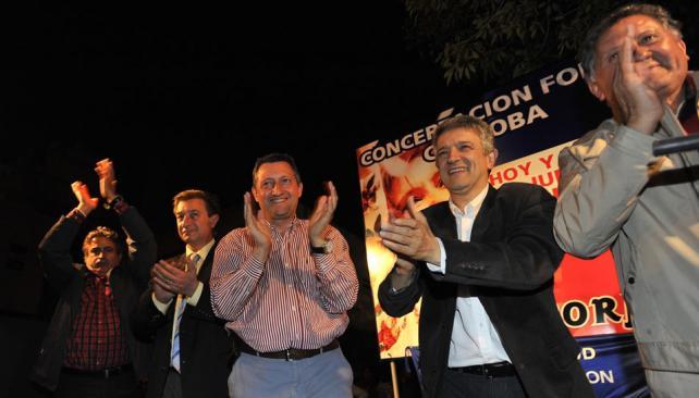 Aplausos. Carlos Pereyra, Hugo Madonna, Daniel Giacomino, Gustavo López y Juan Pereyra, en el acto K (Sergio Cejas / La Voz).