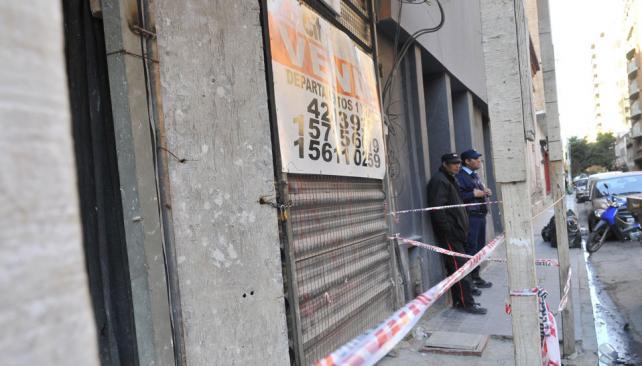 Escenario. Un guardia y un policía custodiaban ayer la obra de San Lorenzo al 100, donde fueron los hechos (Ramiro Pereyra).