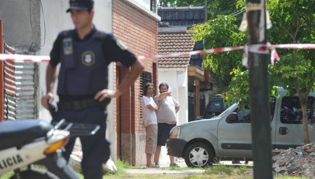 Escena. El policía fue fusilado cuando entraba a la casa de ladrillo visto. Los ladrones salían con rehenes (Télam).