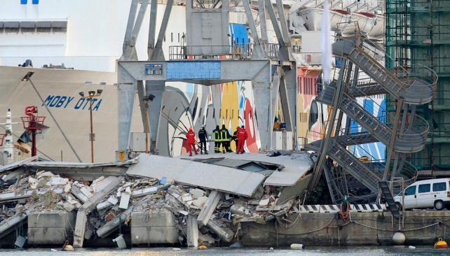 PERSONAL DE RESCATE. Sobre los escombros al lado de una escalera inclinada, parte de una torre de control que se derrumbó (AP).