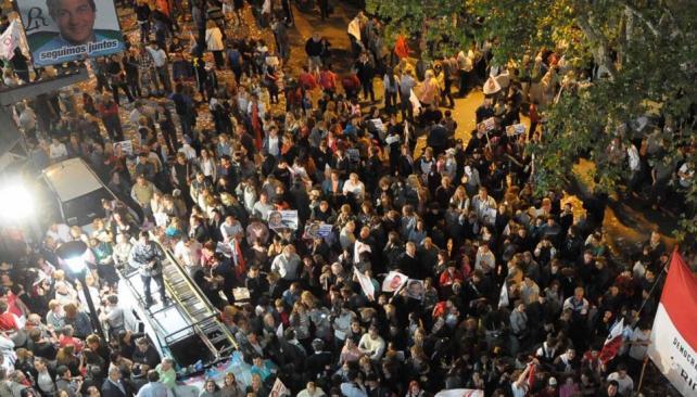 Festejo radical. Centenares de militantes se concentraron anoche en la Plaza Olmos, frente a la Municipalidad de Río Cuarto, para celebrar el triunfo de Juan Jure (La Voz).