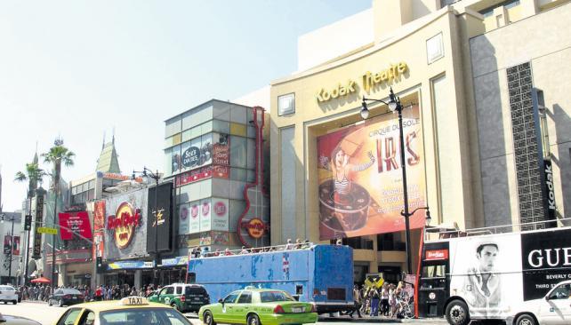 El Teatro Kodak, donde se hace la tradicional entrega anual de los premios Oscar, sobre el bulevar Hollywood, en cuyas veredas están las estrellas con los nombres de las más famosas estrellas  del cine.