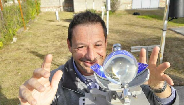 """1. La """"bola de cristal"""", en realidad, es un heliopanógrafo. Mide la cantidad de horas de luz solar durante el día. Es útil para el productor agropecuario (Martín Baez/LaVoz)."""