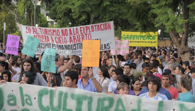 No a la megaminería. Fue el reclamo de 10 mil personas el jueves pasado en La Rioja capital. También hubo manifestaciones en todo el país (DYN).