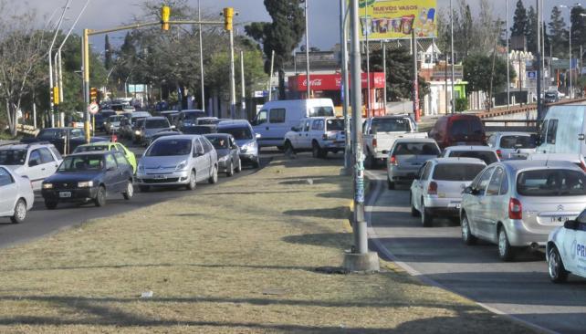 Lentitud. En las horas pico, las demoras son habituales en la zona del nudo vial de la seccional 14 (La Voz / Raimundo Viñuelas).