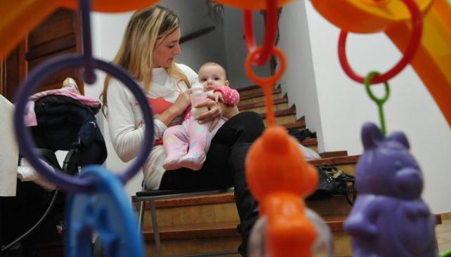 Madre e hija. Cintia tuvo a Lucía hace seis meses. Es consciente de la gran responsabilidad que implica criar a un hijo (Facundo Luque/La Voz).
