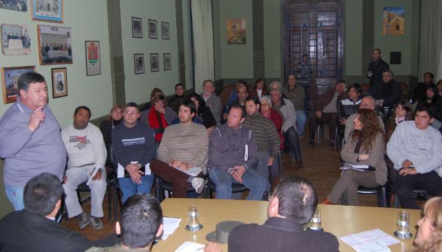 Exposición. Uno de los damnificados cuenta su caso en la reunión (La Voz).