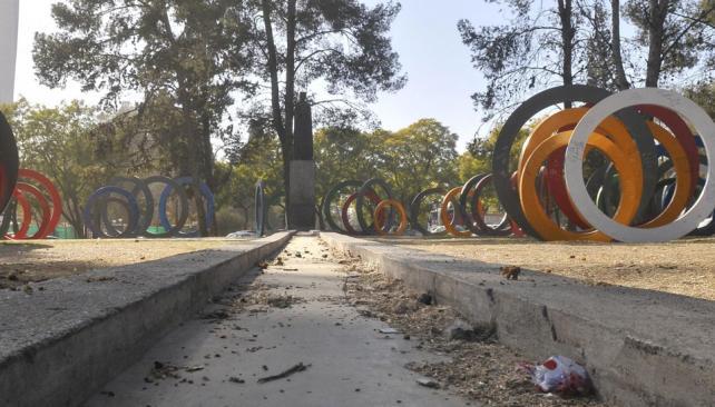 ¿Y EL AGUA?  En la Plaza del Bicentenario, un canal que deleita a los chicos atraviesa el espacio de una punta a la otra. Pero no tiene agua (La Voz/Raimundo Viñuelas).