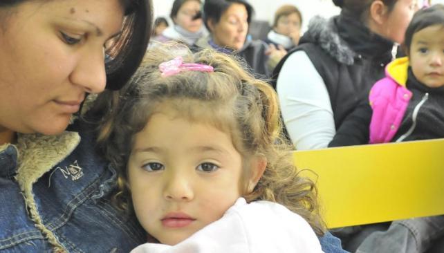 Ojitos tristes. La mamá controla cuánta fiebre tiene su hija. Uno de los tantos casos que ayer a la tarde se veían en el Hospital Pediátrico (Ramiro Pereyra).