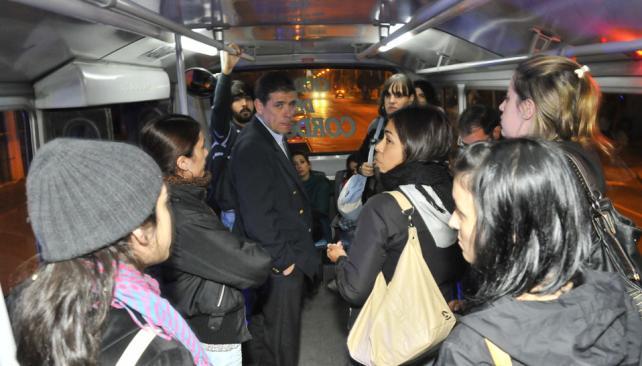 DISCUSIÓN. Los pasajeros insisten en no pagar el boleto y la Policía intervino por pedido del chofer (Ramiro Pereyra).