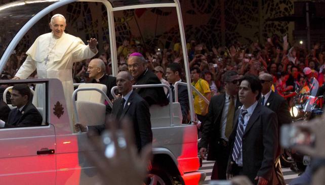 FRANCISCO. Fue recibido por una multitud (AP).