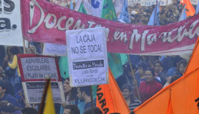 En la calle y en Tribunales. Reacción por los cambios previsionales (La Voz / Raimundo Viñuelas).