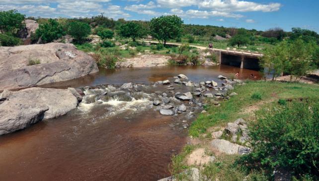 El San Guillermo, hoy. El río, cristalino y sereno, a su paso por Cruz de Caña, en el noroeste cordobés (Gentileza Julio Albornoz).