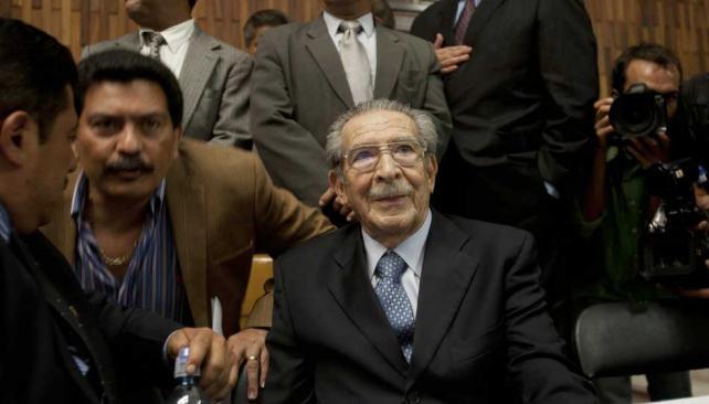 Sentenciado. Ríos Montt escucha lo que resolvió el tribunal (AP).