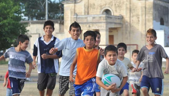 Hay equipo. Los chicos se entusiasman y aprenden. Se necesitan guindas, botines y remeras (Martín Santander / La Voz).