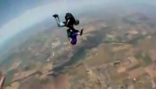 PARACAIDISMO. El salto que casi terminó en tragedia (Captura web).