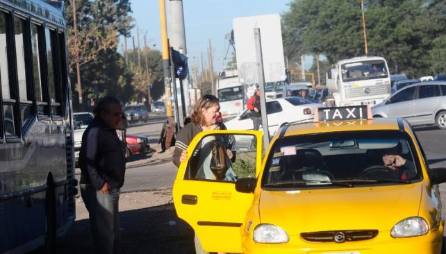 PARO DE TAMSE. Vecinos toman taxis o vehículos alternativos (La Voz/Pedro Castillo).