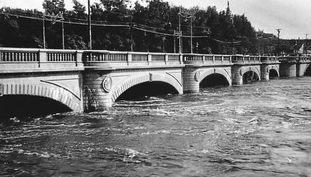 Una postal inesperada. Crecida del Río Primero en 1936. Vista del puente en la Bajada Roque Sáenz Peña (LaVoz).