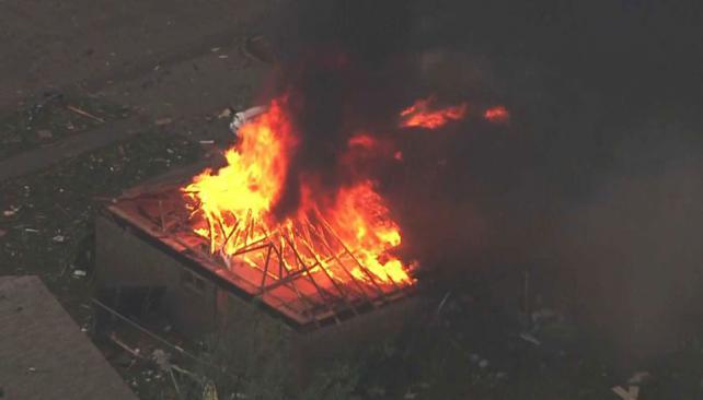 INCENDIO. En esta foto proporcionada por la KFOR-TV muestra el incendio de una casa fuera de Moore, Oklahoma (AP).