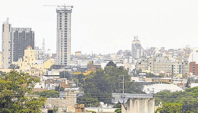 Gigantes de las alturas. La torre Capitalinas Radisson (a la izquierda de la foto) se acaba de convertir en el edificio más elevado de la ciudad. Por casi 29 años, ese privilegio lo ostentó la torre Ángela (a la derecha).(Sergio Ortega/La Voz).