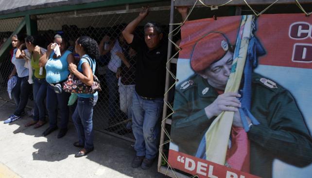 ESPERA. De los familiares de los reclusos por información (AP).