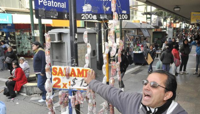 La mitad de 2011. Según el relevamiento de los comerciantes, se redujo la venta de indumentaria (Antonio Carrizo / Archivo).