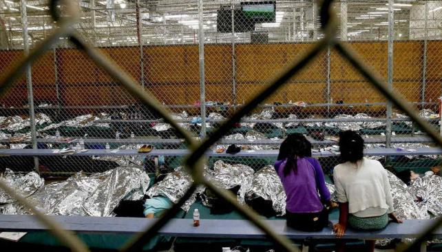 Dos chicas miran un partido del Mundial en el centro que aloja a menores migrantes de Centroamérica en Nogales, Arizona (AP).
