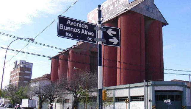 San Francisco. Los enormes silos rojizos, en pleno centro de la ciudad, son parte de su identidad urbana histórica. Hay sectores que plantean que allí no se procesen más granos (La Voz).