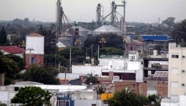 Río Tercero. Los silos asoman entre los barrios pegados al predio del ferrocarril, el cual atraviesa el centro de la ciudad. También hay una industria aceitera (La Voz).
