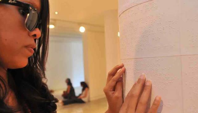 Una obra especial. Macarena, una de las artistas, dice que los ciegos tienen poco acceso al arte (Sergio Cejas).